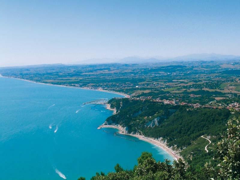 Il mare e le spiagge della Riviera del Conero Thumbnail